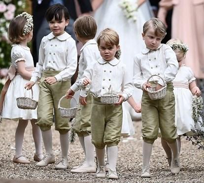 Príncipes George e Charlotte em momentos ternurentos no casamento da tia