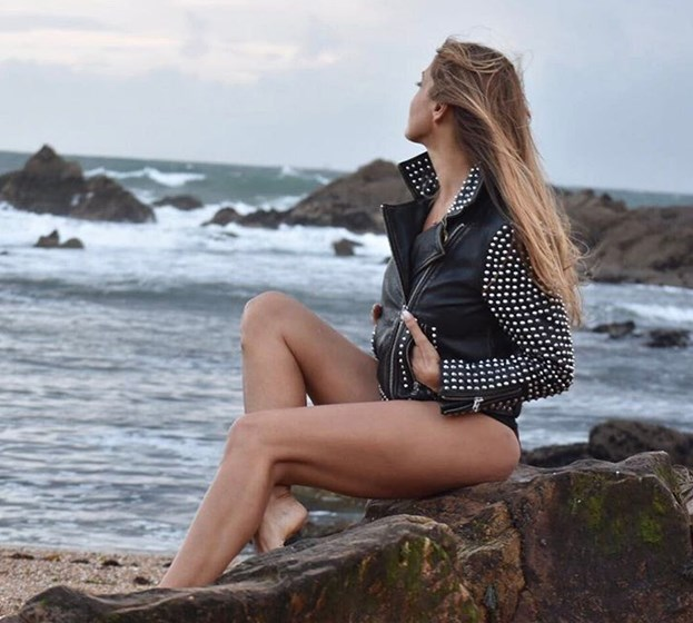 Cláudia Jacques sensual de biquíni