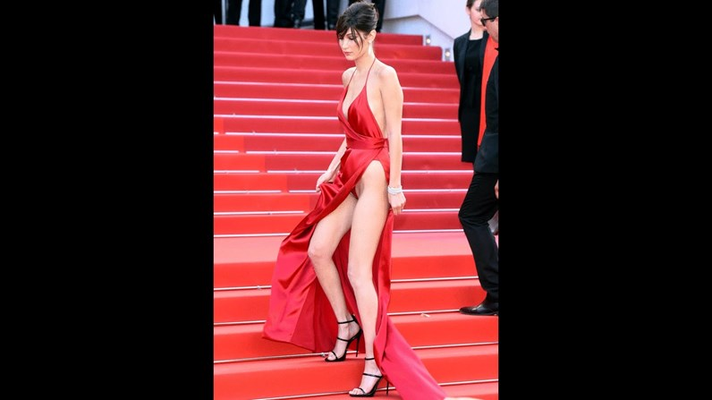 Bella Hadid volta a mostrar tudo