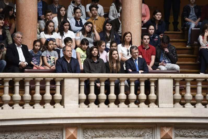 Salvador Sobral surpreendido com homenagem na Assembleia da República
