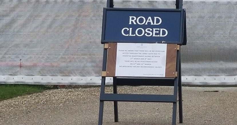 O aviso sobre as obras que pode ser visto à entrada da Igreja