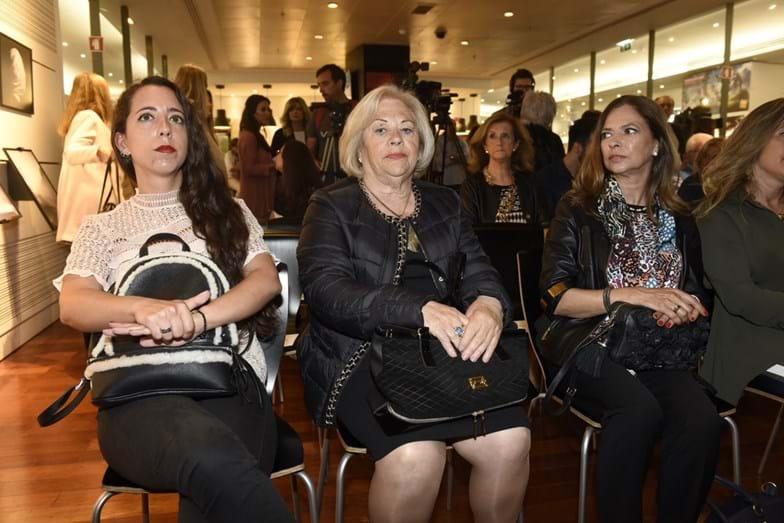 Ao centro, a mãe da jornalista