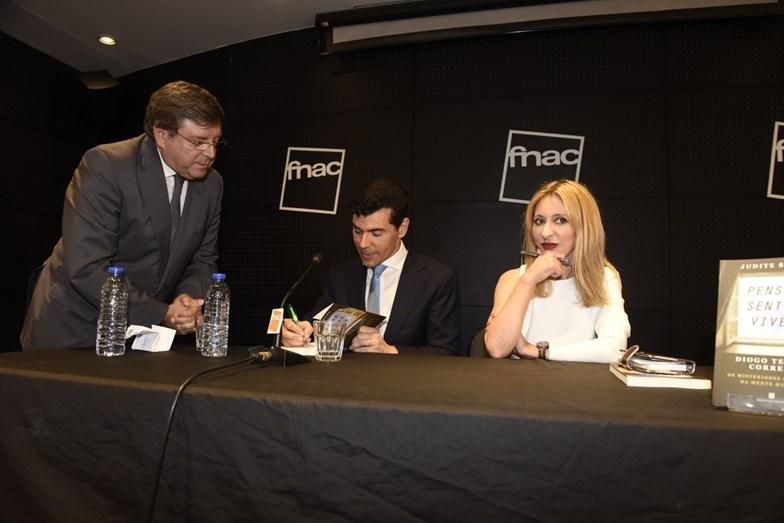 Luís Cunha Velho, diretor da Plural, recebe o seu livro autografado