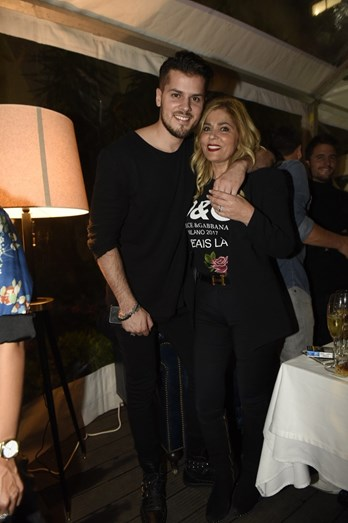 O cantor abraçado à mãe, Fernanda Antunes