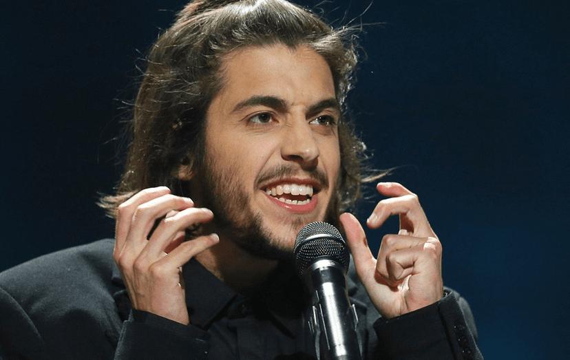 """Uma das inúmeras expressões do cantor durante a performance, """"Amar Pelos Dois"""" na Eurovisão"""