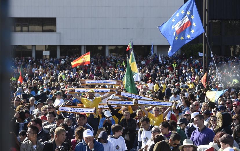 Os fiéis trouxeram bandeiras dos seus países e foram feitas orações em várias línguas.