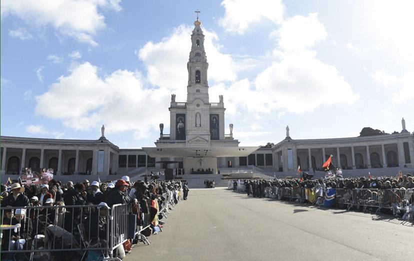 O Papa Francisco preside à cerimónia de canonização dos pastorinhos Jacinta e Francisco no exterior da Basílica de Nossa Senhora do Rosário de Fátima.