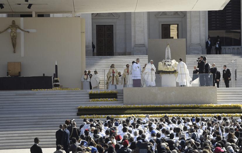 O altar onde o Papa Francisco preside às cerimónias de canonização de Jacinta e Francisco que serão, a partir de hoje, 13 de maio, santos.