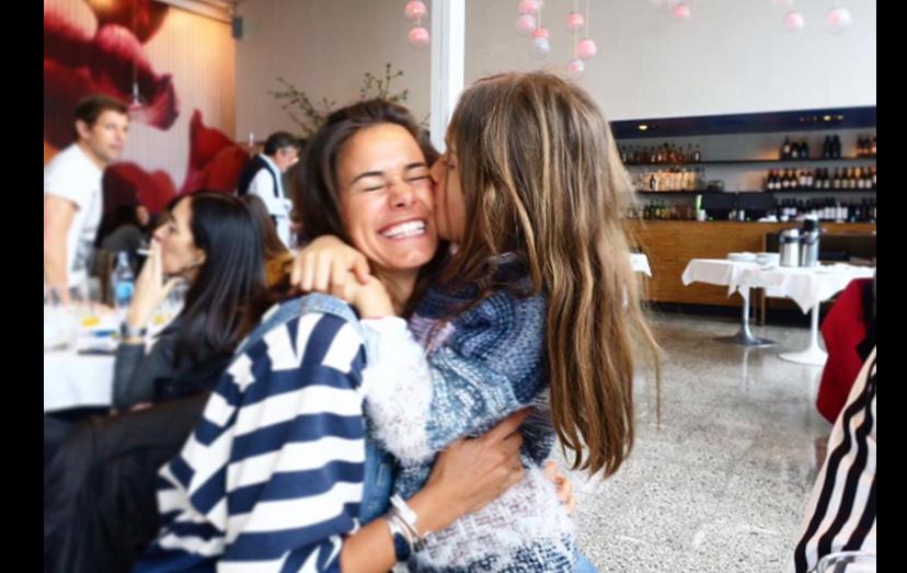 A felicidade de Cláudia com um beijo da filha, fruto do seu casamento com Pedro Teixeira.