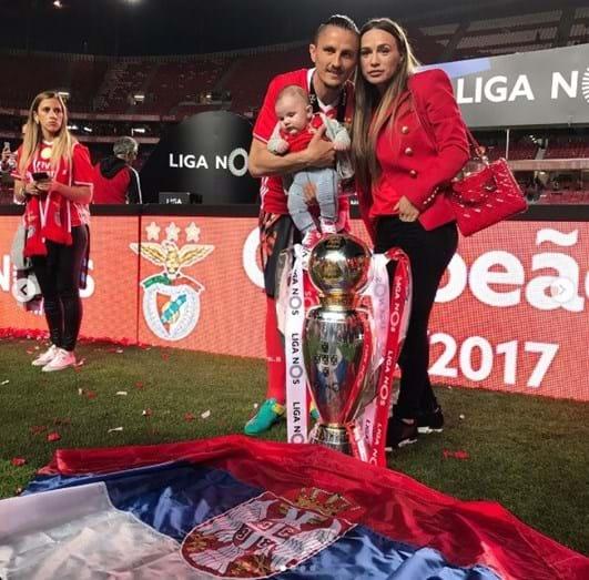 O jogador Lujbomir Fejsa com a mulher, Suzana, e o filho, Mateo
