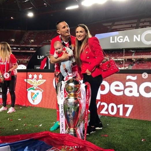 O jogador Lujbomir Fejsa com a mulher, Suzana, e o filho, Mateo, junto da taça do título