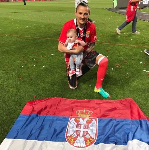 O jogador Lujbomir Fejsa com o filho, Mateo