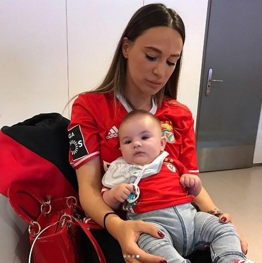 Suzana Fejsa com o filho, Mateo, no camarote no Estádio da Luz