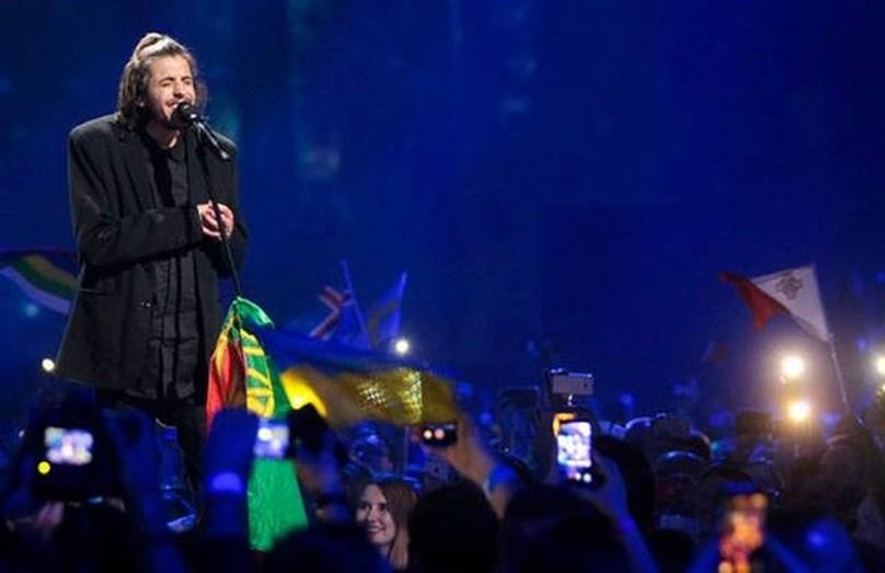 O cantor emocionou o mundo, sendo considerado o novo herói nacional
