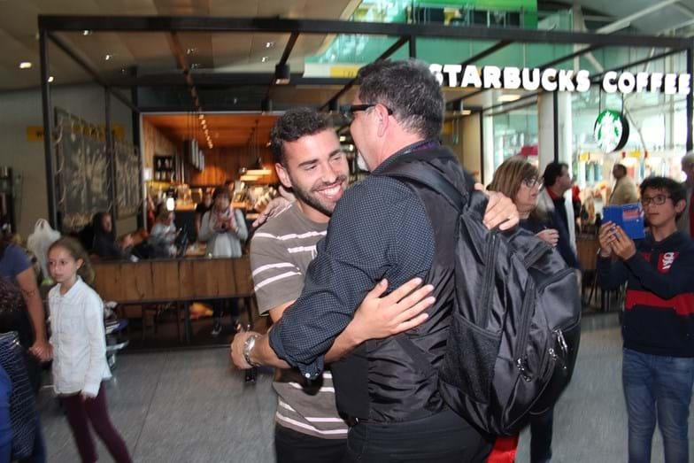 Malato ao seu recebido no aeroporto por João