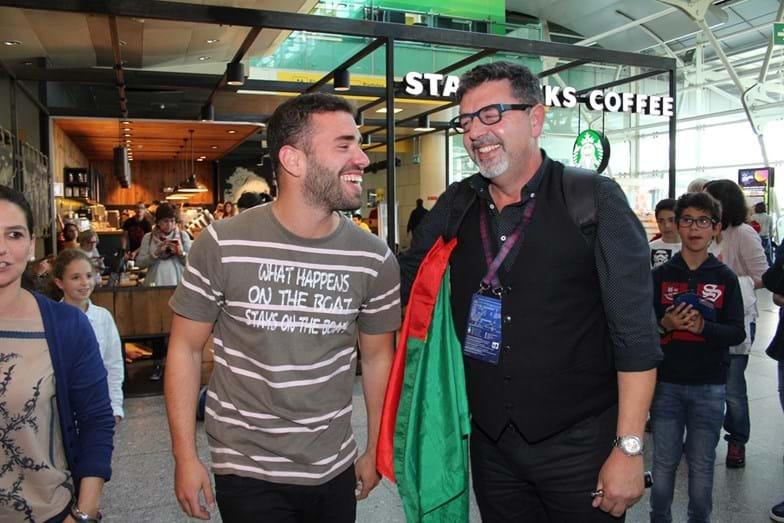 Namorado de José Carlos Malato recebe-o no aeroporto