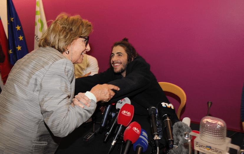 Salvador Sobral reencontra a avó depois de vencer a Eurovisão.