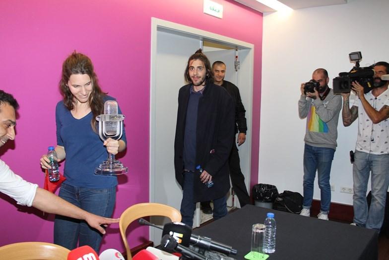 Luísa Sobral a segurar o prémio de vencedor do Festival Eurovisão da Canção ao lado de Salvador