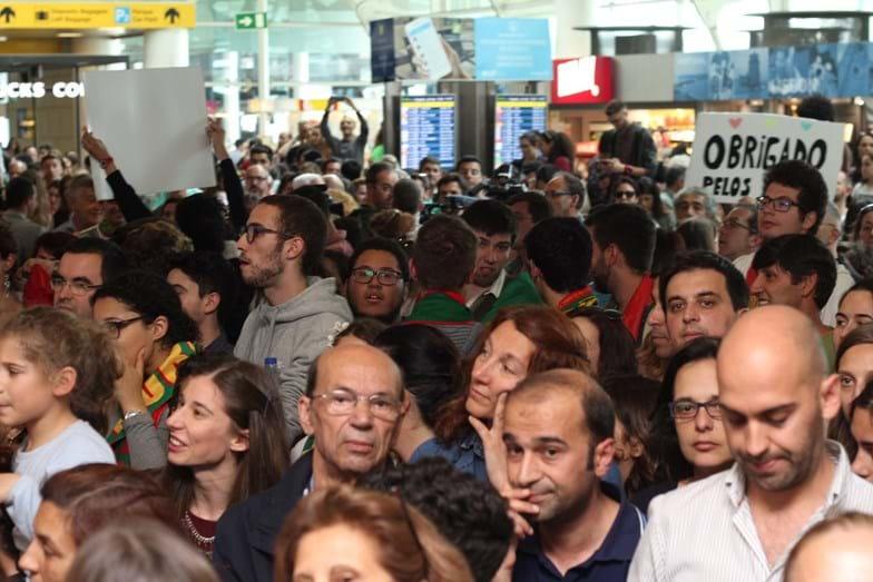 A multidão eufórica com a chegada de Salvador Sobral ao aeroporto de Lisboa