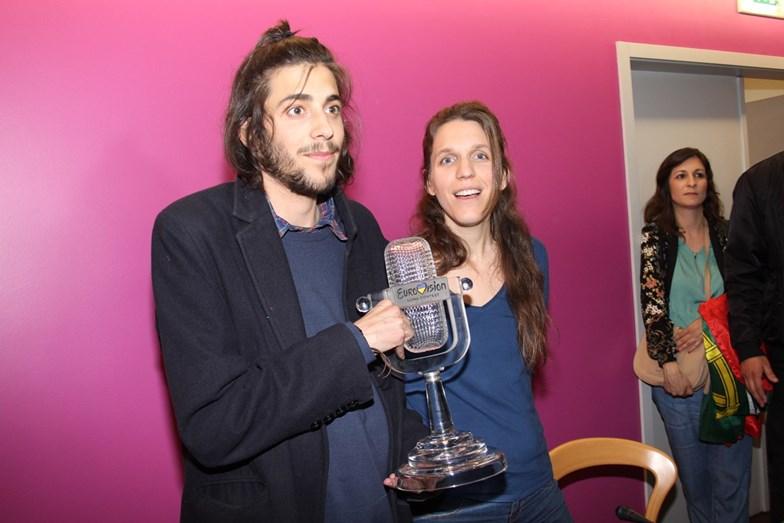 Salvador a segurar o prémio de vencedor com a irmã Luísa Sobral