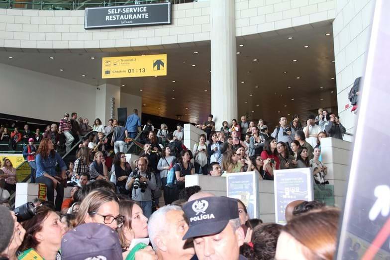 Centenas de pessoas aguardavam a chegada de Salvador