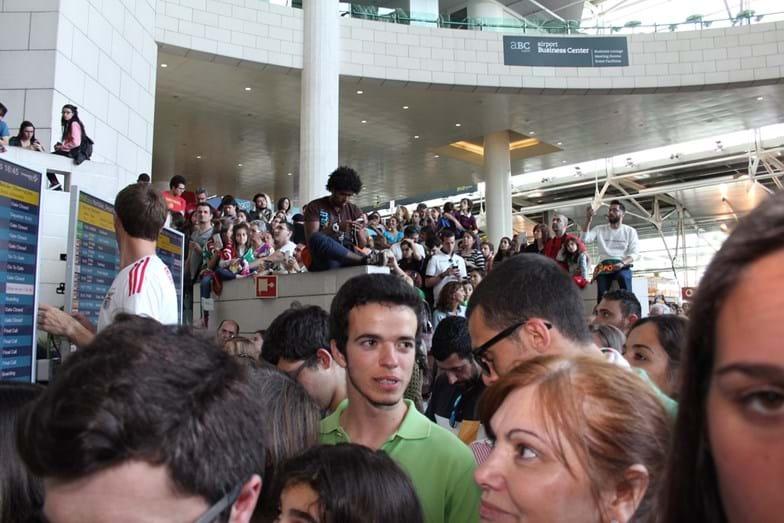 Veja a emoção de Salvador Sobral ao ser recebido com euforia no aeroporto de Lisboa
