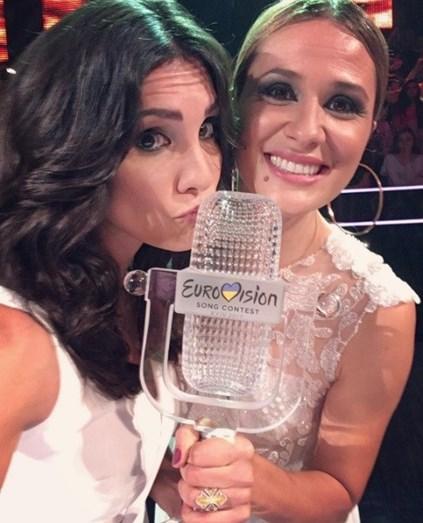 Daniela Ruah e Sílvia Alberto mostram-se bastante felizes com o troféu na mão