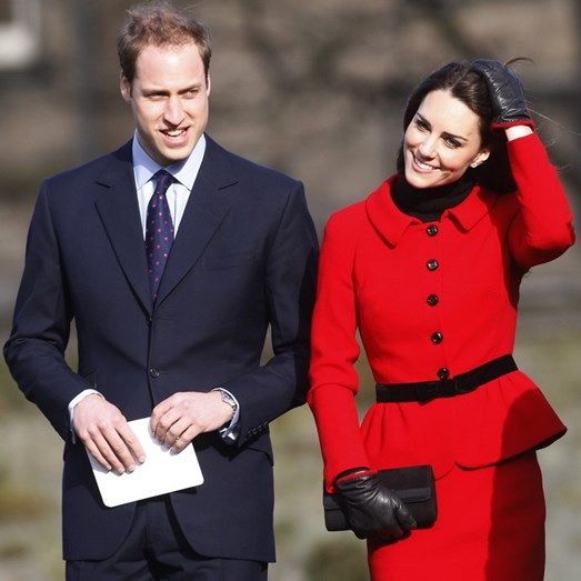 Kate sorridente ao lado do marido, William