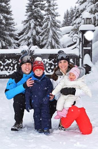 A família feliz na neve