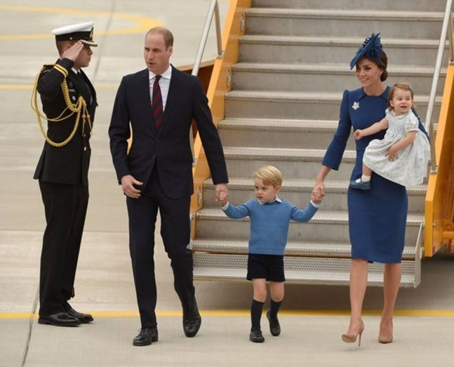 William e o filho George, ao lado da duquesa com a filha Charlotte ao colo