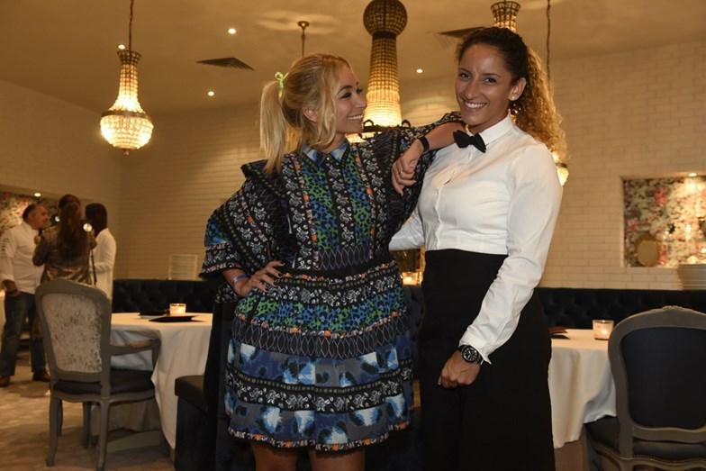Carina Caldeira animada com uma das empregadas do restaurante.