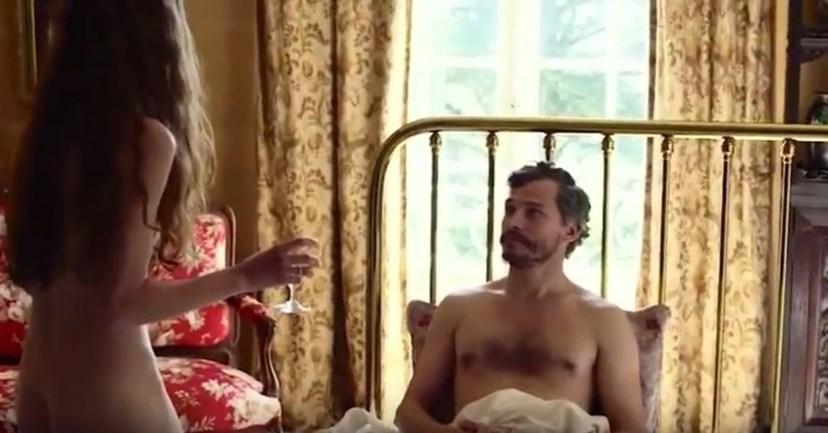 Jenna Thiam numa cena ousada de um dos seus filmes