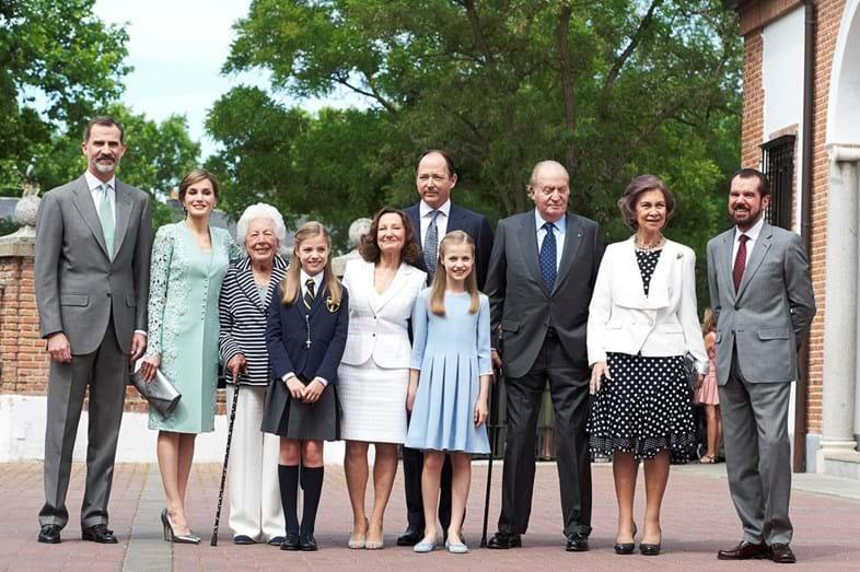 A infanta Sofia rodeada pelos pais, a irmã, os avós paternos e maternos, a bisavó e pelo padrinho
