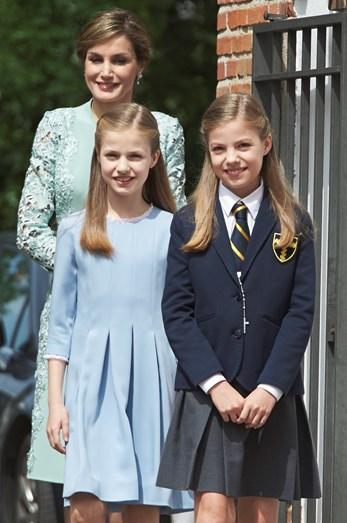 Letizia com as filhas, a princesa Leonor e a infanta Sofia, que esta manhã recebeu a sua primeira comunhão