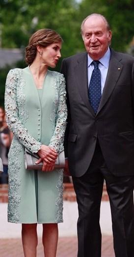 O casaco da rainha requintadamente bordado nas mangas e nos lados