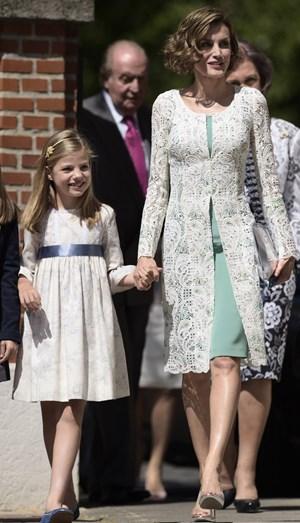 O look da rainha na comunhão de Leonor. Aqui, com Sofia pela mão