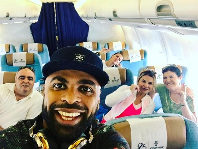 Já no avião com destino a Cairo, a cantora publicoou esta fotografia com José Andrade, Ludgero Sousa, dona Dolores e Elma Aveiro