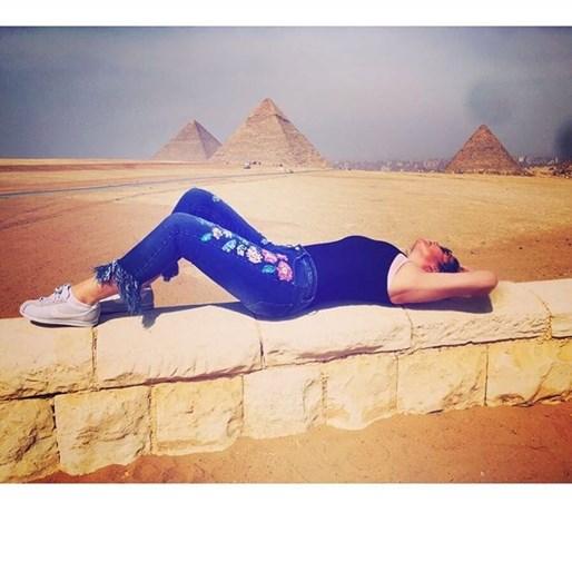 Katia Aveiro deliciada com as pirâmides