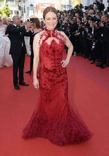 A atriz Julianne Moore com um modelo Givenchy Haute Couture