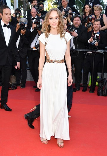 Lily Rose Deep com um vestido Chanel