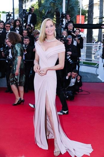 Uma Thurman escolheu uma criação Atelier Versace