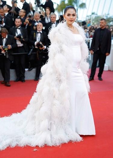 A atriz Araya Hargate, que está grávida, escolheu Ralph & Russo