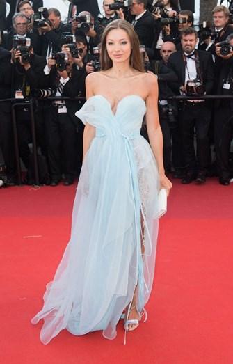 A modelo Lara Lieto com um vestido esvoaçante