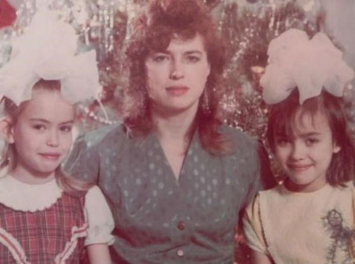 Irina em criança, com a mãe e a irmã