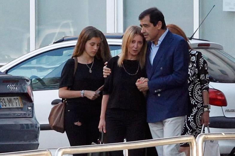 A jornalista no funeral do filho, confortada pelo amigo ex-diretor da TVI