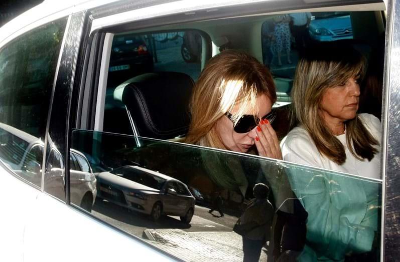 Judite de Sousa no carro após funeral do filho