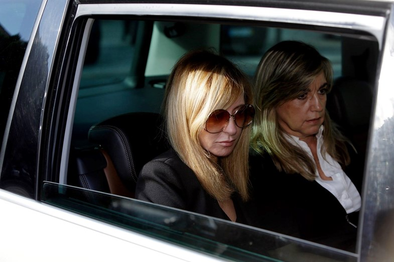 A jornalista na saída do funeral do filho André