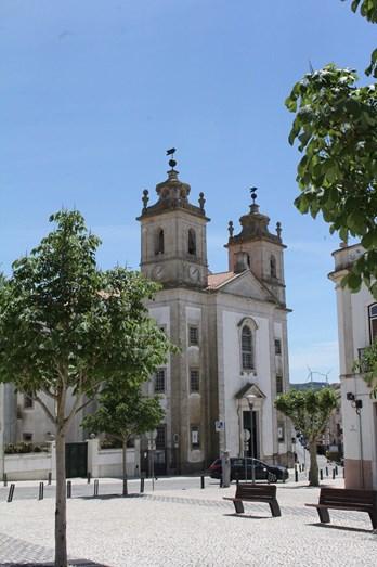A igreja foi doada à vila pela família do cantor