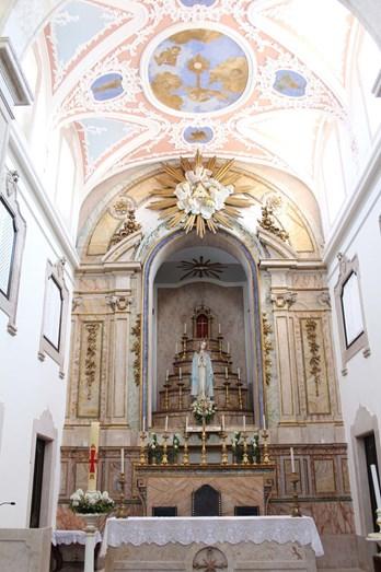 O interior da igreja do Sobral de Monte Agraço