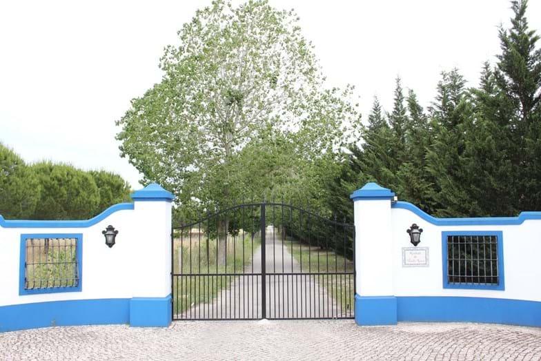 A entrada da vasta propriedade da família materna do cantor